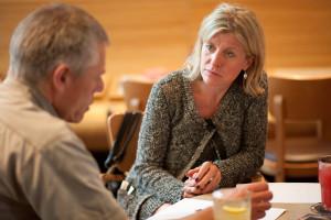 Cornelia Gaebert bei einer Projektbesprechung für Individualsoftware